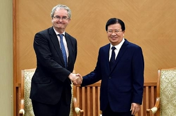 deputy pm trinh dinh dung calls for more assistance from eib