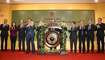 finance minister launches first trading day of vietnamese stock market