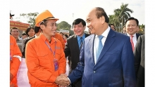 pm presents tet gifts to workers in hai phong