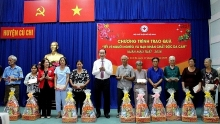 state leader presents tet gifts in ho chi minh city