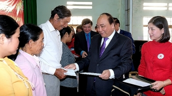 pm gives tet gifts to needy workers ethnic people in dak lak