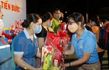 hcm city disadvantaged workers given tet gift packages