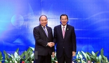 pm nguyen xuan phuc meets cambodian pm on sidelines of mrc summit