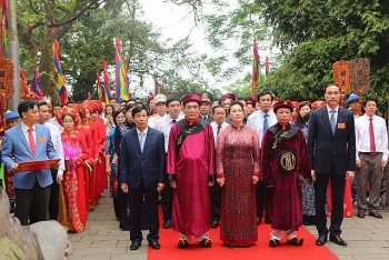 na chairwoman offers incense to hung kings
