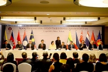 asean economic ministers ink investment trade pacts