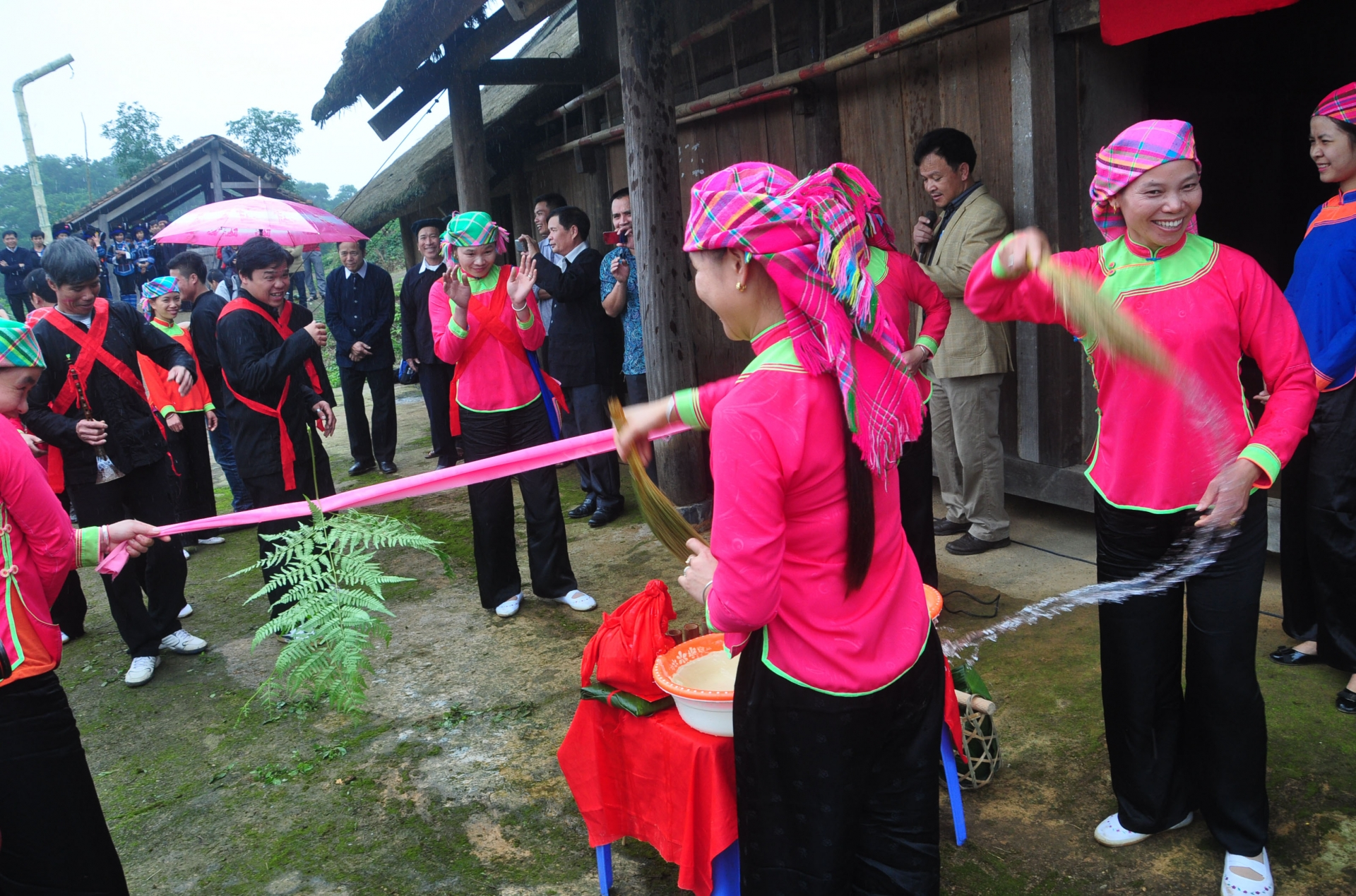 thorns and pink ribbons the unique wedding ceremony of the giay