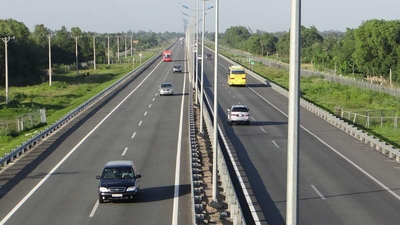 vietnam calls for investment in north south expressway