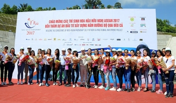 miss asean friendship contestants present gifts to tunnel workers