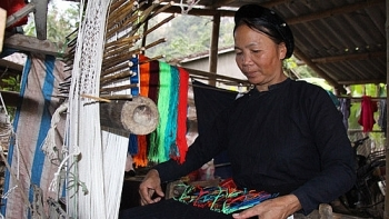 experiencing traditional weaving in culture tourism village