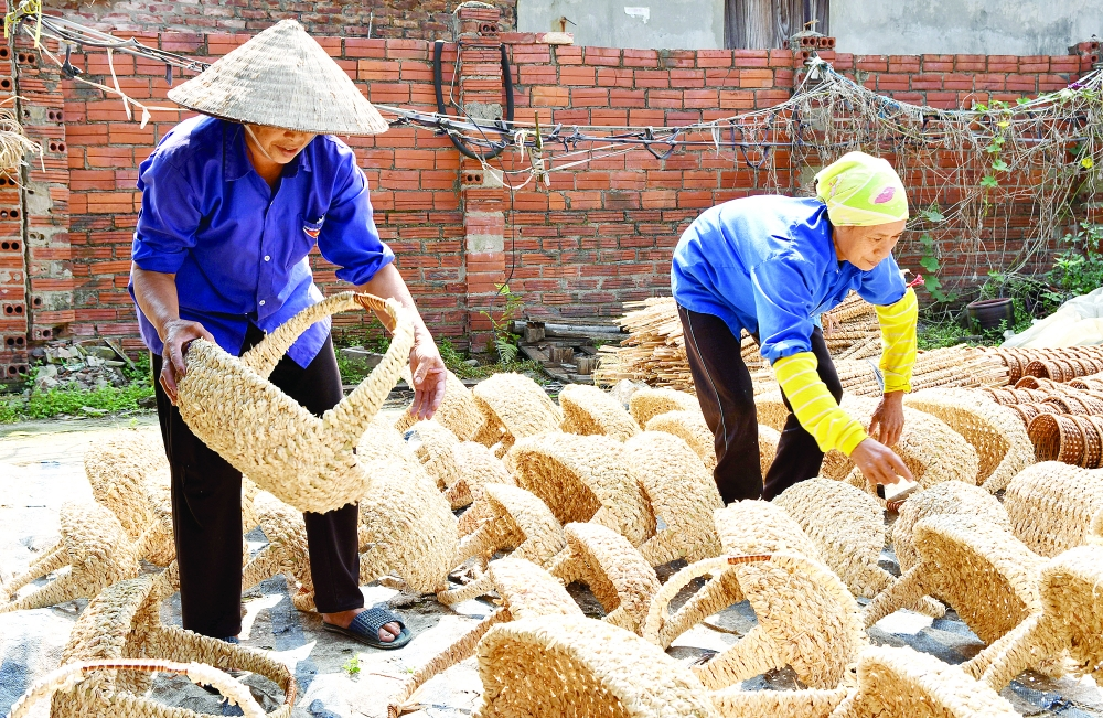 grass weaving craft in phu tuc village