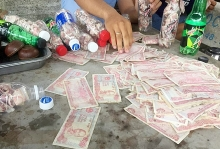angry drivers jam up highway toll station by paying with bottles of change in vietnam