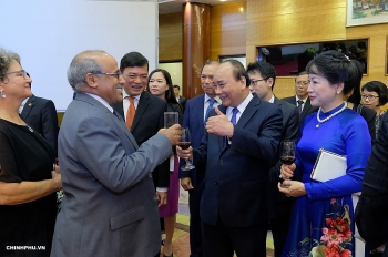 prime minister hosts banquet on national day