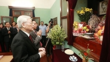 general secretary president offers incense to president ho chi minh