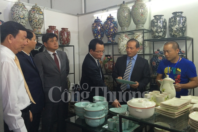 hanoi gift show boosts export opportunities for craft products