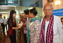 can tho an giang present gifts to the poor in cambodia
