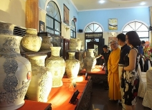 ceramic vase set enters vietnam book of records