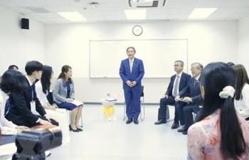 japanese pm meets with students of vietnam japan university