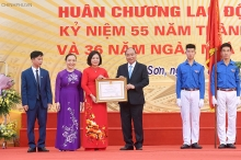 prime minister visits old school on vietnam teachers day