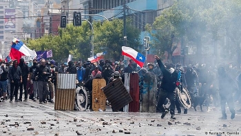 chile protests hundreds of thousands take part as peso hits record low