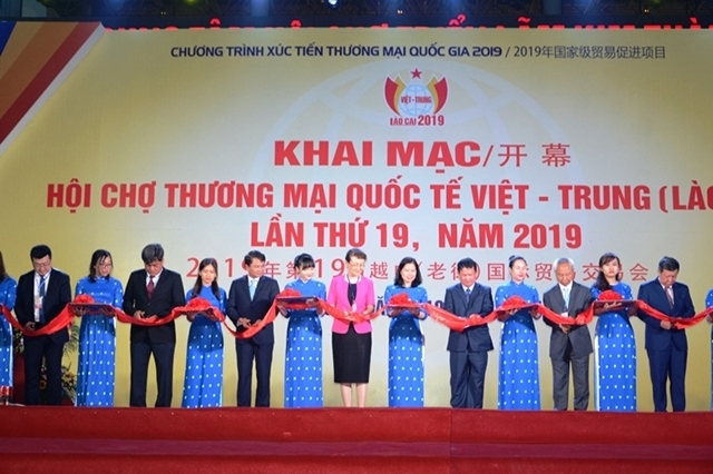 vietnam china international trade fair opens in lao cai