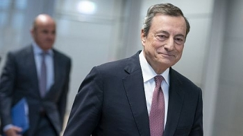 euro slips as ecbs draghi lowers growth forecast for europe