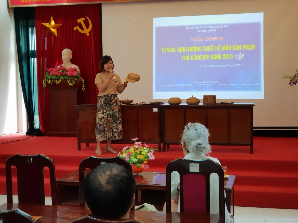 foreign expert provides advice for hanoi craft designers