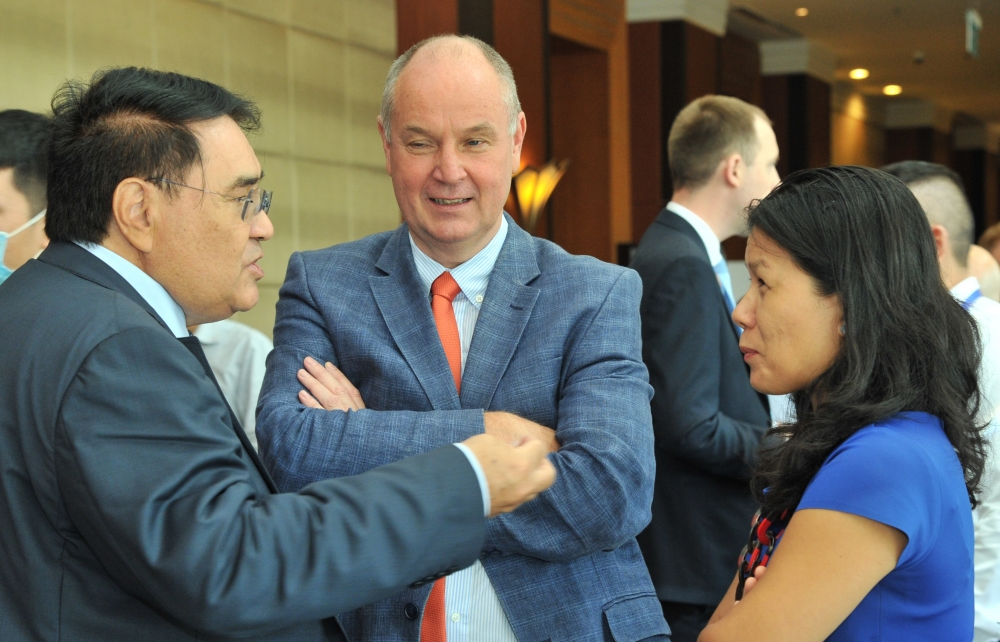 diplomats accompany businesses on the way to global markets