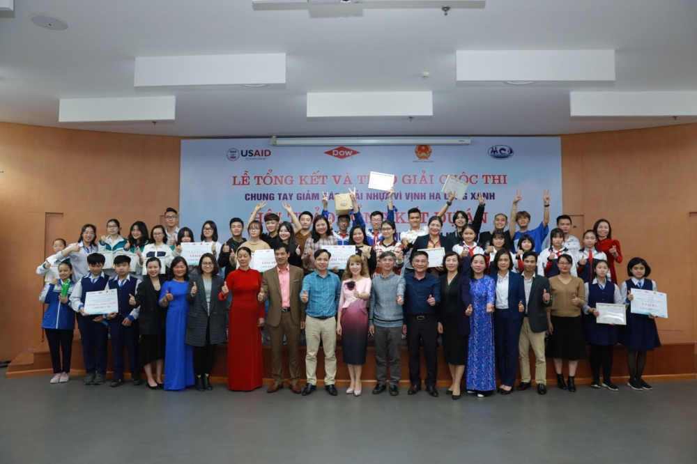 joining hands to reduce plastic waste for blue ha long bay