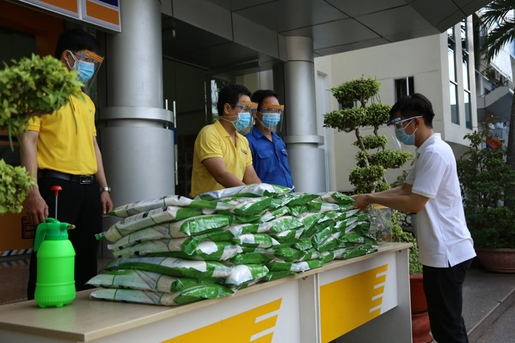 vietnam post donates 820 tonnes of rice to pandemic victims