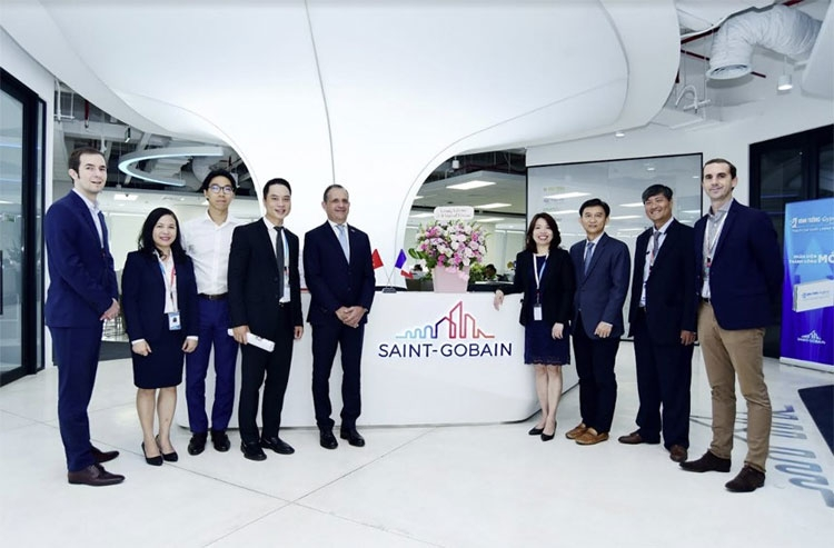 french consul general in hochiminh city visited saint gobain vietnams headquarter office