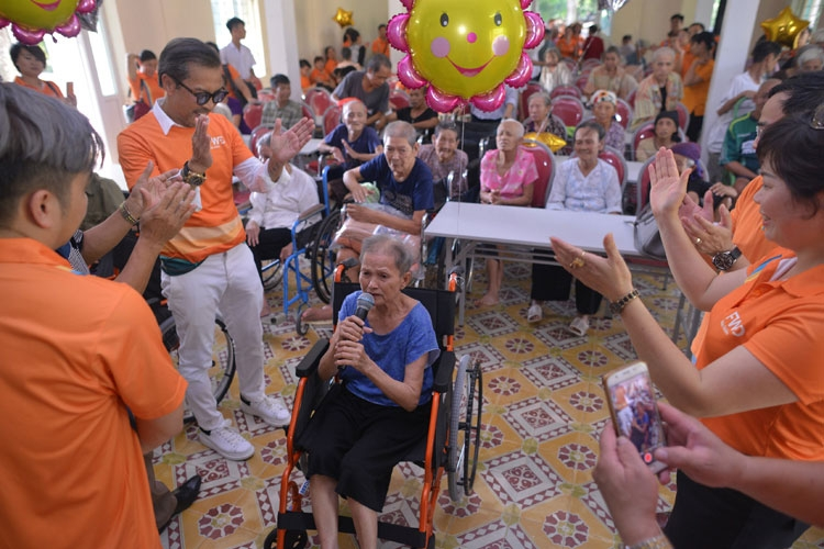 fwd vietnam employees share happiness with the elderly to celebrate living