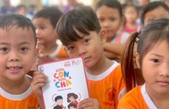 generali vietnam presented gifts to over 600 parents and children in mekong delta and central highlands
