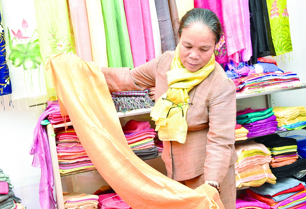 who trained silkworms now makes silk from lotus stems