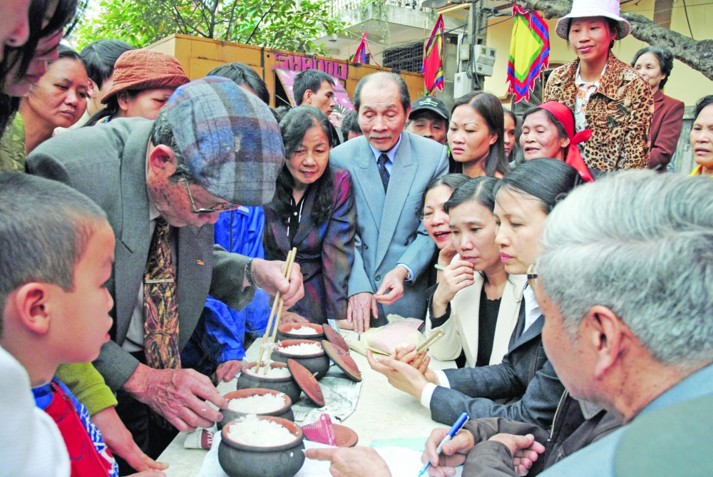 chuong villagers compete in rice cooking during tet