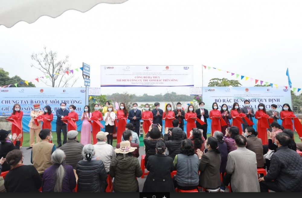 launching ceremony of river trash capture tool in nam dinh
