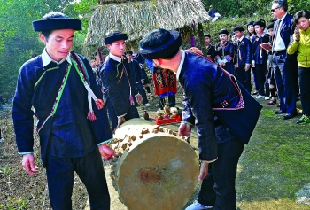 giay people drum their way to prosperity