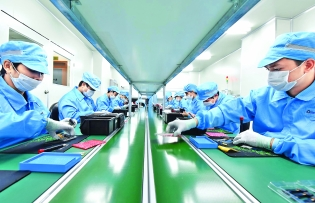 electronics giants shift to vietnam boosts hopes of domestic industry