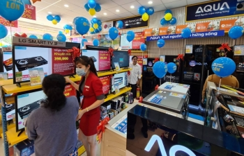 retail companies diversify shift to multi channel sales