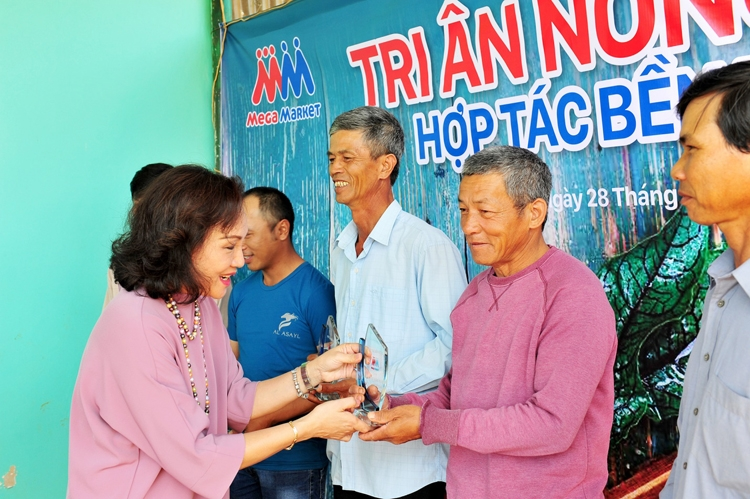 mm mega market vietnam honors 20 farmers with over a decade of partnership supplying safe vegetables out of lam dong