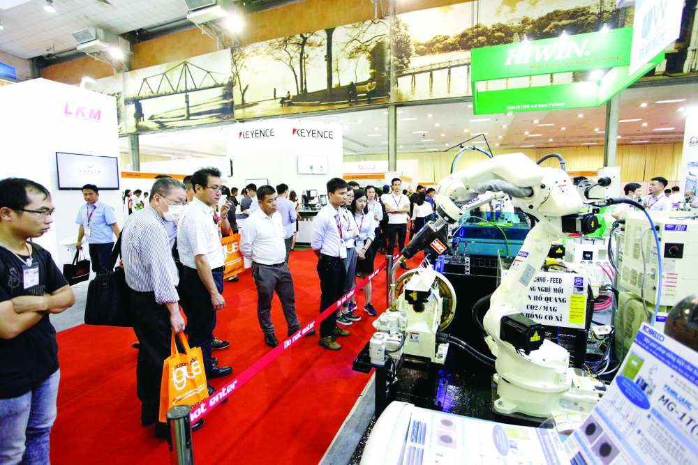 cobots and 3d printers star at manufacturing expo