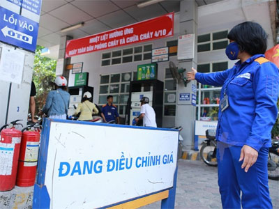 Petrol prices drop nearly 1,000 VND