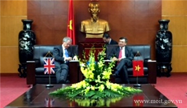 The Deputy Minister Hoang Quoc Vuong receives the UK Foreign Secretary's Special Envoy for Climate Change