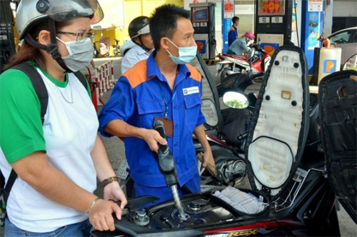 Petrol prices slide over VND600 per litre in 7th cut this year