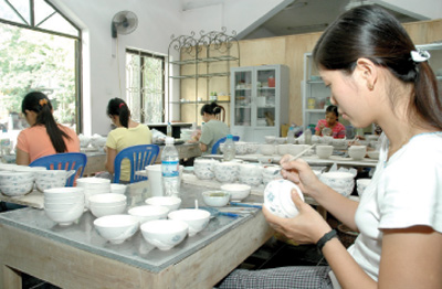 Bat Trang develops community-based tourism