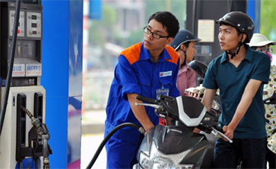 Petrol prices cut by nearly 1,200 VND per litre