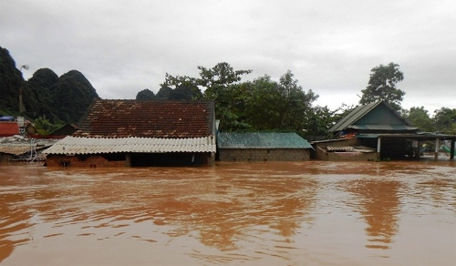 Flooding ravages central provinces, paralyses roads